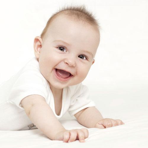 votre b b 4 mois croissance et clats de rire au. Black Bedroom Furniture Sets. Home Design Ideas