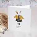 Faire-Part Naissance Oiseau Avec tenue de petite fille sur un cintre