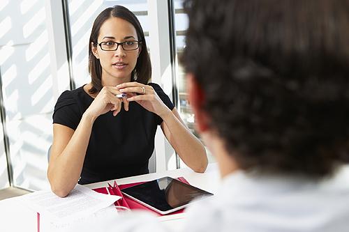 femme enceinte en face de son employeur