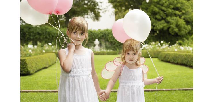 deux petites filles qui jouent avec des ballons
