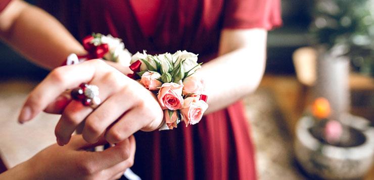 Fleurs au poignet pour son mariage