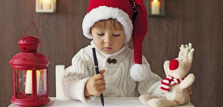 petit garçon qui écrit sa lettre au père Noël