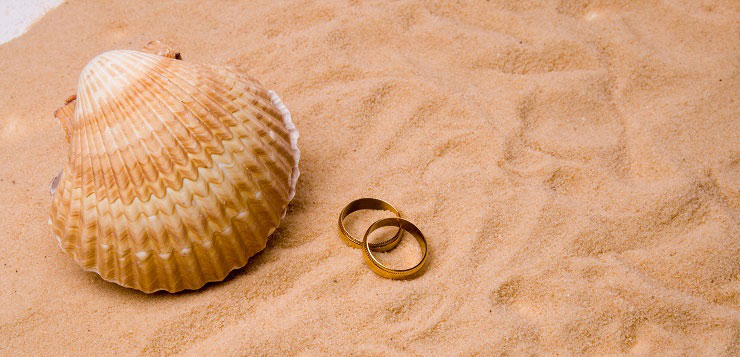 Alliances de mariage dans le sable