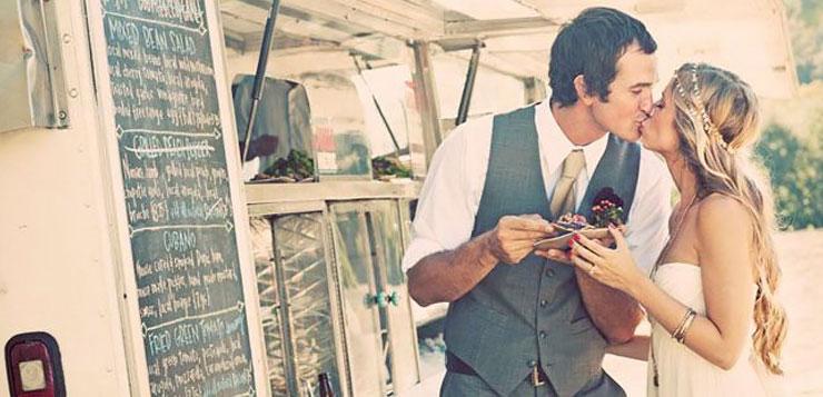 Marié qui s'embrasse devant un food truck