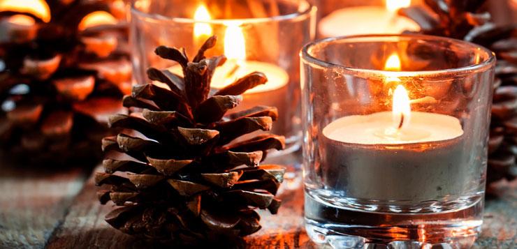 deco-de-noel-avec-pomme-de-pin-et-bougies