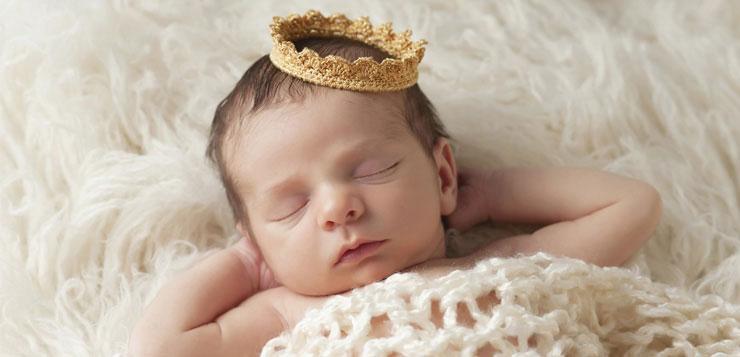 Bébé avec une couronne qui dort